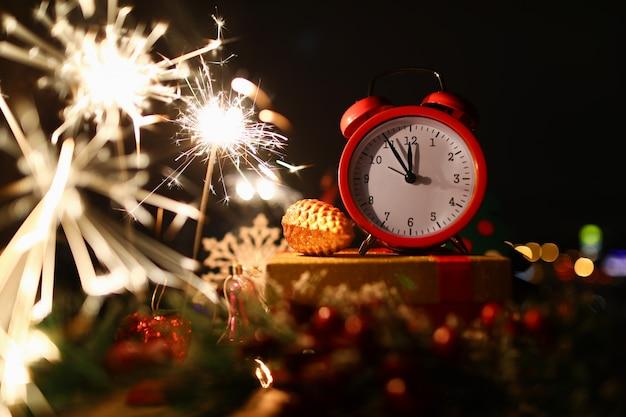 Stelle filanti celebrazione di capodanno a mezzanotte