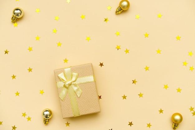 Composizione di capodanno palline di natale decorazioni in oro e confezione regalo con caramelle a forma di s...