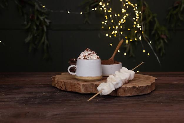 Sfondo di capodanno di una tazza di cacao e crema su uno sfondo bokeh