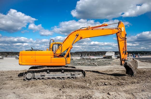 Nuovo escavatore giallo che lavora sul terreno.