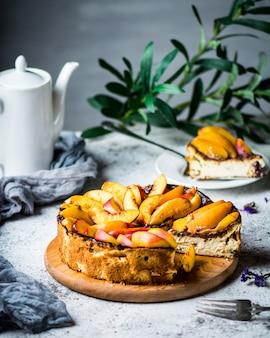 New york cheesecake con pesche. cheesecake al mascarpone. cibo salutare. dessert con frutta torta estiva still life di cibo. pezzo di torta.