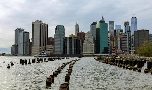 Gli orizzonti di costruzione di new york city manhattan hudson river