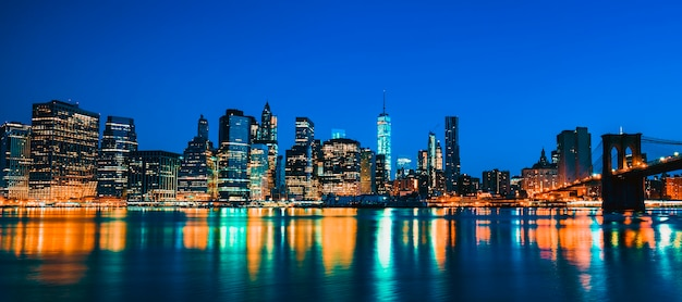 New york city midtown manhattan al tramonto con i grattacieli illuminati sull'east river