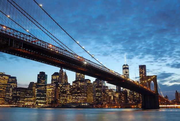 Orizzonte di new york city entro la notte
