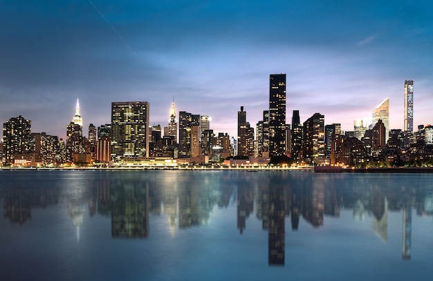 Skyline di new york city con grattacieli urbani al tramonto, stati uniti d'america.