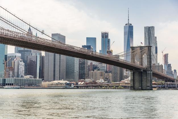 Orizzonte di new york con il ponte di brooklyn