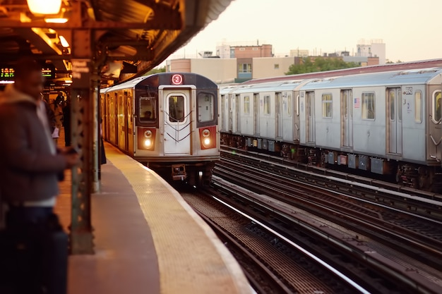 La metropolitana di new york arriva alla stazione.