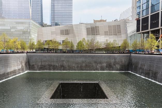 New york, stati uniti d'america - 28 aprile 2016: una delle cascate presso la piazza commemorativa del 911, situata all'interno delle impronte delle torri gemelle originali