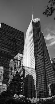 New york, usa - 1° giugno 2014: immagine in bianco e nero dell'architettura moderna di manhattan. manhattan è il più densamente popolato dei cinque distretti di new york city