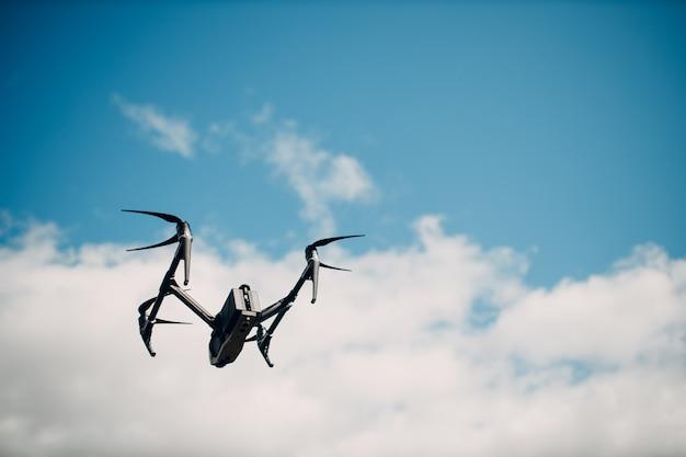 New york, usa - 18 settembre 2021: dji inspire 2 drone quadricottero a terra prima del volo aereo e delle riprese.