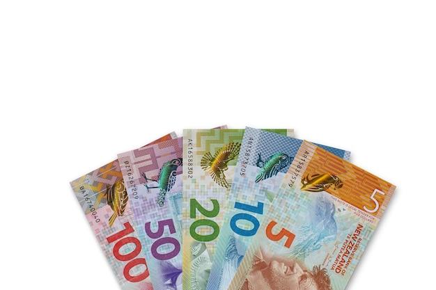 Banconote in dollari neozelandesi su sfondo bianco