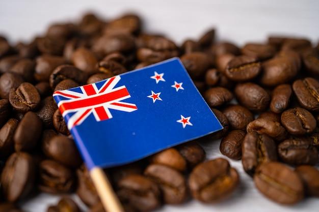 Bandiera della nuova zelanda sui chicchi di caffè.