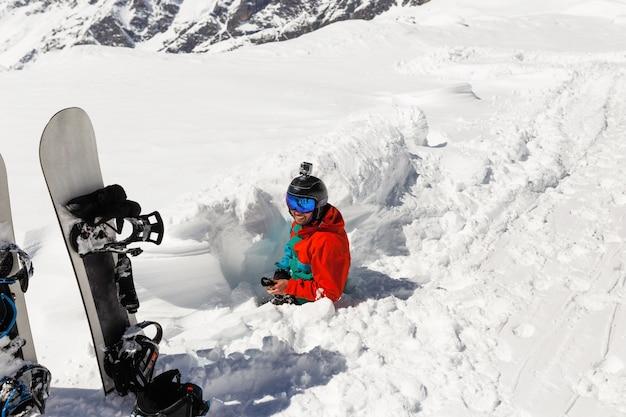 Sciatore principiante bloccato nella neve