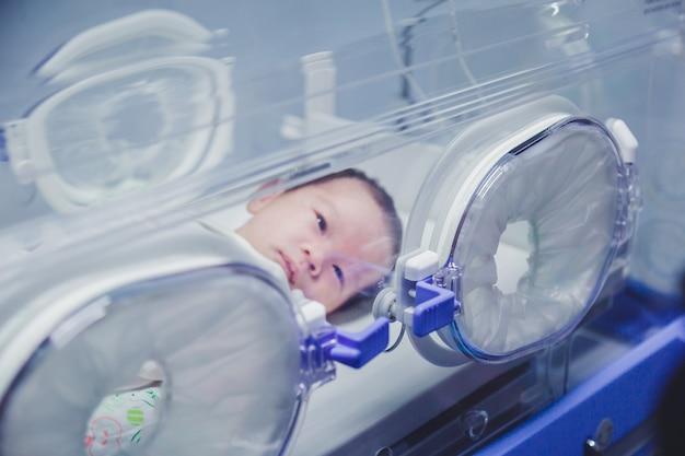 Neonato coperto in vertix all'interno dell'incubatrice.