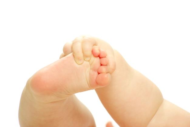 Piedi del neonato isolati su white