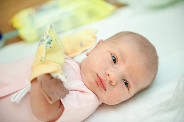 Un neonato il primo giorno della sua nascita nell'ospedale di maternità