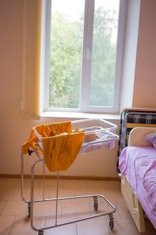 Neonato primi giorni di vita in sala parto. bambino addormentato in ospedale dopo il parto.