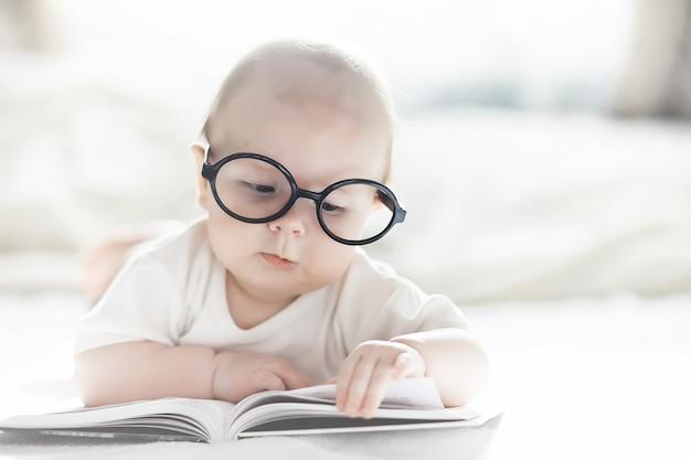 Un neonato è sdraiato su un letto morbido. educazione alle emozioni dei bambini.