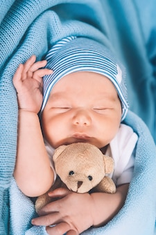 Neonato che dorme nei primi giorni di vita ritratto di un neonato di una settimana di età