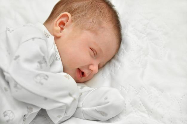 Il neonato dorme i primi giorni in un ospedale per la maternità