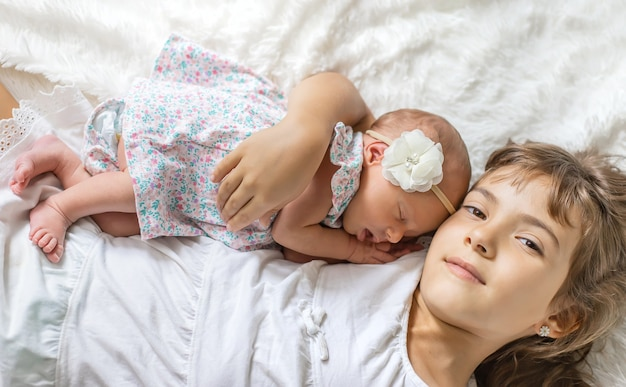 Bambino appena nato con la sorella maggiore