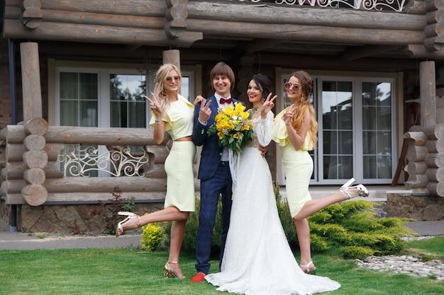 Sposi novelli con damigelle alla cerimonia di nozze in villa