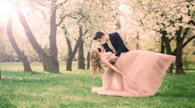 Sposi novelli dopo la registrazione del matrimonio in mascherina, durante un'infezione da coronavirus