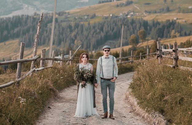 Sposi vestiti in stile vintage di montagne rocce sul bellissimo paesaggio