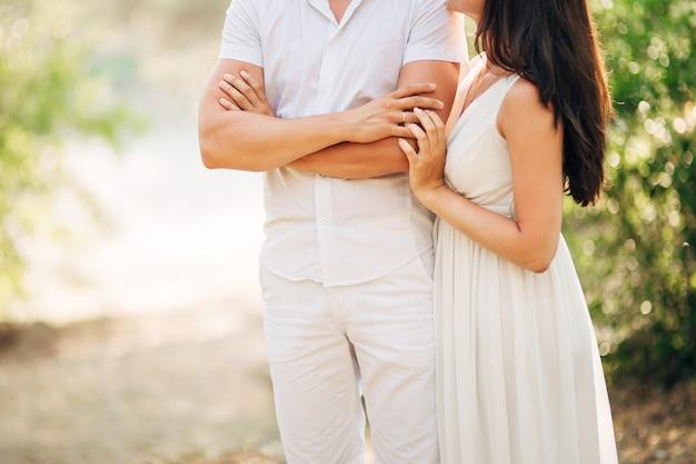Gli sposini si abbracciano in montenegro