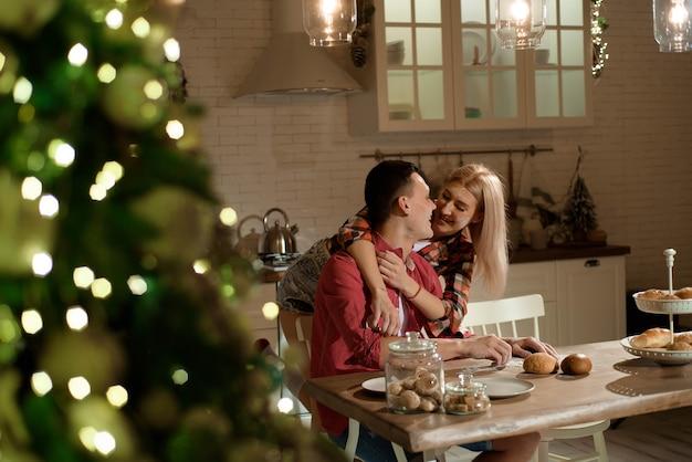 Gli sposi preparano la cena la sera e giocano con la farina.
