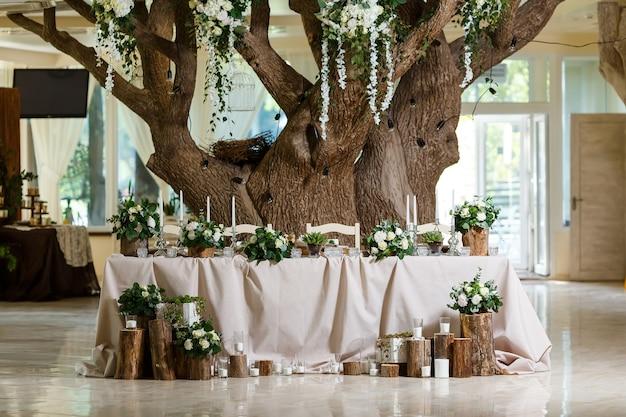 Impostazione della tavola degli sposi decorata in tema di natura in stile rustico nella decorazione