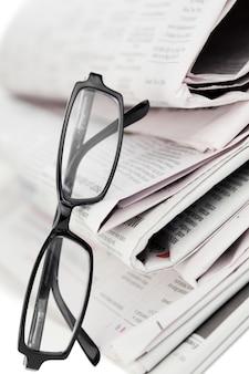 Giornali e occhiali neri