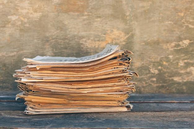 Giornali e riviste su fondo di legno vecchio. immagine tonica.