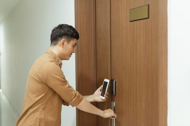 Uso del telefono cellulare di nfc per porte di sicurezza aperte
