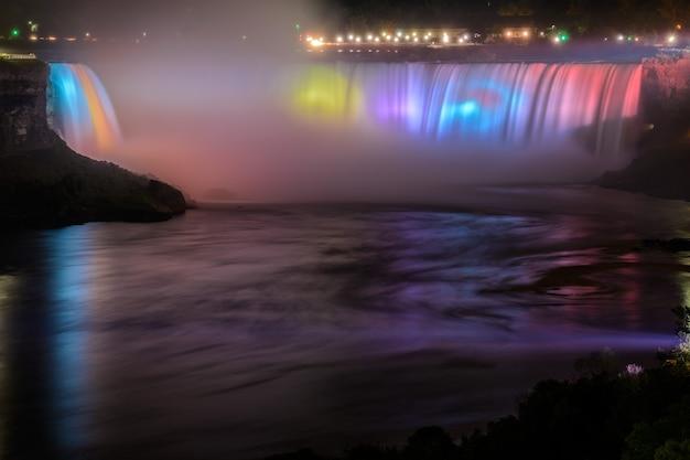 Cascate del niagara illuminate di notte da luci colorate