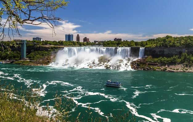Cascate del niagara ponte della torre di osservazione del fiume niagara con città di barche da crociera di cascate turistiche