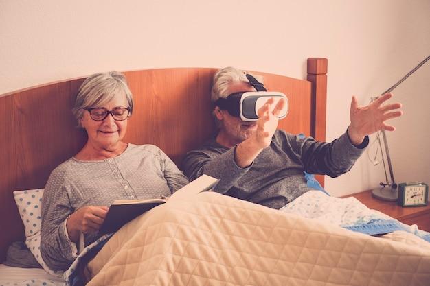 Bella bella coppia caucasica matura uomo e donna a casa in camera da letto stare sul letto durante una mattinata
