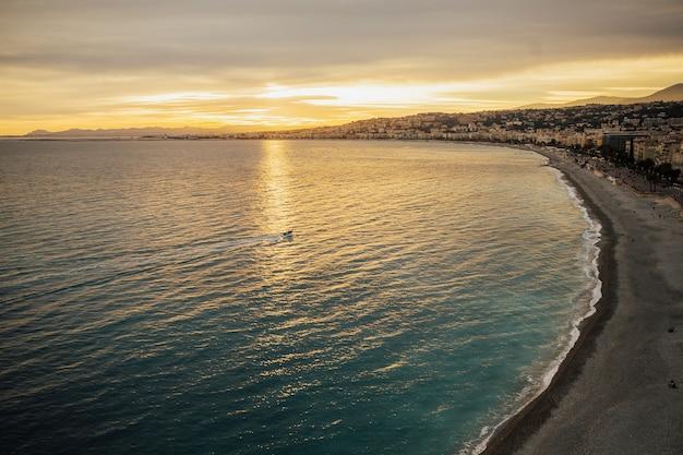 Bello la sera dopo il tramonto. vista panoramica di nizza durante il tramonto con le montagne