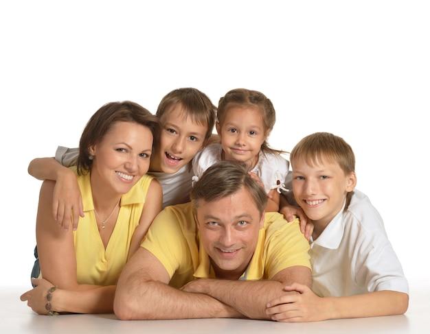 Bella famiglia di cinque persone su un bianco
