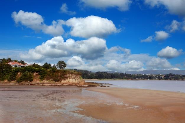 Bel paesaggio di una spiaggia solitaria con un cielo mozzafiato sullo sfondo