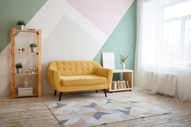Bel soggiorno con divano, moquette, pianta verde su libreria