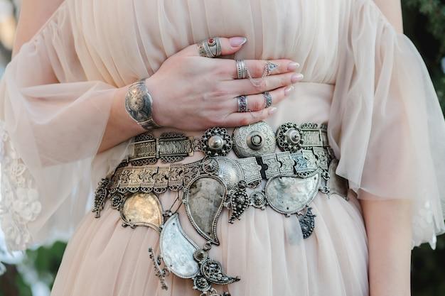 Una bella donna che mostra i suoi gioielli di lusso durante il giorno del fidanzamento