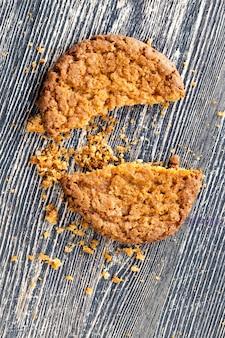 Biscotti di farina d'avena piacevoli su una superficie di legno naturale, cibo per il tè