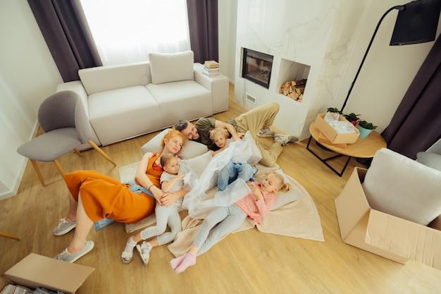 Bella famiglia piacevole che è stanca dopo il loro giorno libero