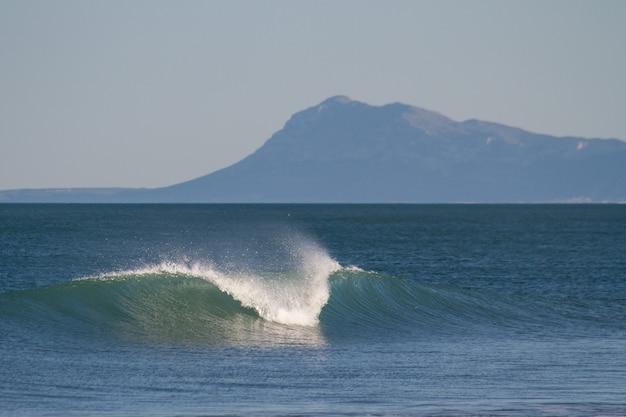 Bella scena rilassante di un'onda che si infrange nel mare