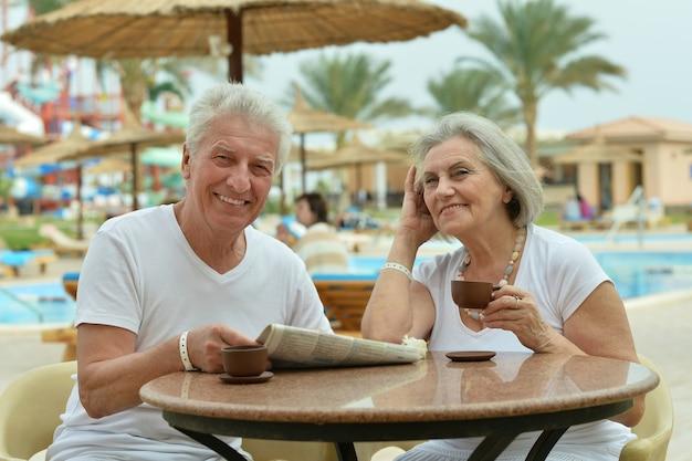 Bella coppia senior con caffè in vacanza