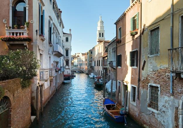 Bella vista sul canale veneziano estivo (venezia, italia)