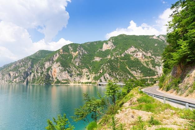 Bella vista sul mare blu e sulle montagne