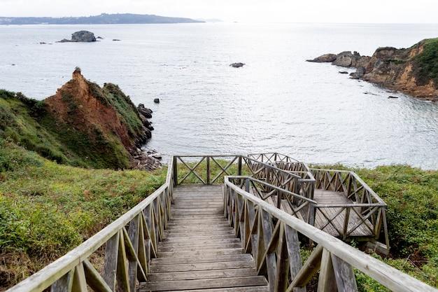 Bella vista della costa da una scala in legno