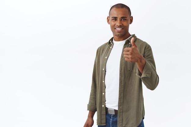 Bel lavoro, orgoglioso di te. ritratto di un bell'uomo afroamericano soddisfatto, mostra il pollice in su in segno di approvazione, come scelta